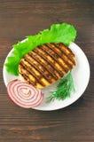 Gegrilltes Fleisch mit Kopfsalat und Zwiebeln Lizenzfreies Stockbild