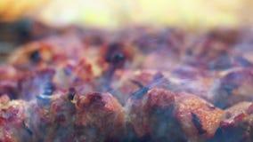 Gegrilltes Fleisch mit Rauche nahaufnahme Arabische Nahrung Gekochtes Fleisch mit Kruste stock video footage
