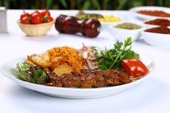 Gegrilltes Fleisch u. x28; kebab& x29; auf Platte Stockfotografie