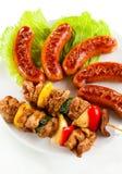 Gegrilltes Fleisch und Würste Stockbild