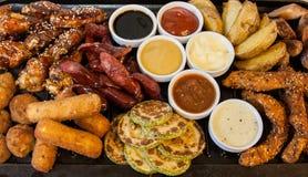 Gegrilltes Fleisch und Würste Stockfotos