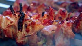 Gegrilltes Fleisch zugebereitet auf hölzerner Kohle Fleisch mit einem rötlichen Kruste Abschluss oben stock video