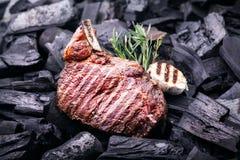 Gegrilltes Fleischsteak auf Kohlen Stockfotos