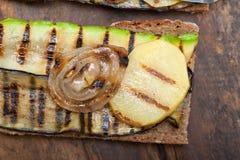 Gegrilltes Gemüse auf Brot Stockfotos