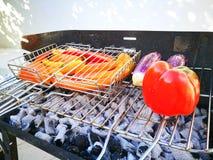 Gegrilltes Gemüse auf dem Grill, draußen Aubergine und Tomate auf Grill stockfotografie