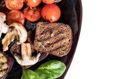 Gegrilltes Gemüse auf einer Platte stockfotos
