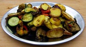 Gegrilltes Gemüse auf silberner Platte, hölzerner Hintergrund stockbilder