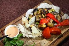 Gegrilltes Gemüse mit geräucherter Soße Gebackene Tomaten, Auberginen, Zucchini, Gemüsepaprikas und Zwiebeln stockfotografie