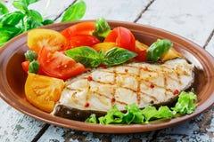 Gegrilltes Gemüse des Fischsteaks Stockfotos