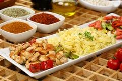 Gegrilltes Hühnerfleisch und -teigwaren lizenzfreies stockfoto