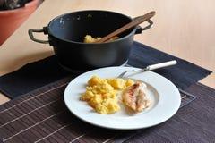 Gegrilltes Hühnersteak mit Polenta Stockbild