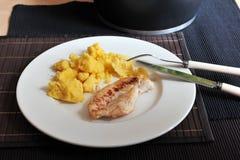 Gegrilltes Hühnersteak mit Polenta Lizenzfreie Stockfotografie