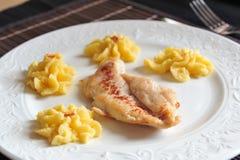 Gegrilltes Hühnersteak mit Polenta Stockfoto