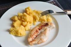 Gegrilltes Hühnersteak mit Polenta Lizenzfreie Stockbilder