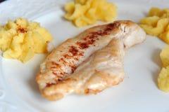 Gegrilltes Hühnersteak mit Polenta Lizenzfreies Stockfoto
