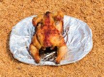 Gegrilltes Huhn auf dem Teller über Hülsehintergrund lizenzfreie stockfotografie