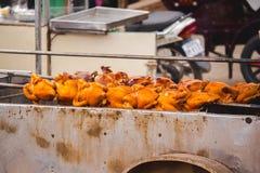 Gegrilltes Huhn auf der thailändischen Artnahrung des Ofens stockbilder