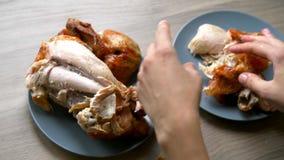 Gegrilltes Huhn auf einer Platte stock footage