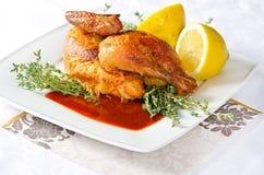 Gegrilltes Huhn auf einer weißen Platte stockfotografie