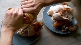 Gegrilltes Huhn legt auf eine blaue Platte stock video