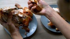 Gegrilltes Huhn legt auf eine blaue Platte stock video footage