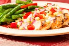 Gegrilltes Huhn mit Bohnen Stockfotos