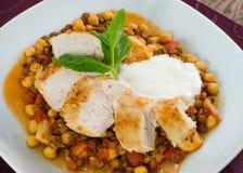 Gegrilltes Huhn mit Bohnen und Tomate Lizenzfreies Stockbild