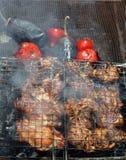 Gegrilltes Huhn mit einer Tomate und einer Aubergine Lizenzfreie Stockfotografie