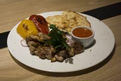 Gegrilltes Huhn mit Gemüse, adjika und Brot Stockfoto