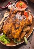 Gegrilltes Huhn mit Gemüse auf hölzerner Platte lizenzfreie stockfotografie