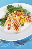 Gegrilltes Huhn mit Mangofrucht-Salsa Lizenzfreies Stockbild