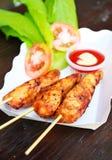 Gegrilltes Huhn mit Salat und Soße Stockfoto