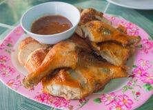 Gegrilltes Huhn mit Soße Lizenzfreie Stockfotos