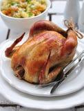 Gegrilltes Huhn mit Teigwaren und Basilikum Lizenzfreies Stockbild