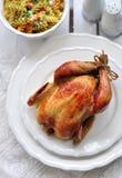 Gegrilltes Huhn mit Teigwaren und Basilikum Stockfotos