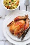 Gegrilltes Huhn mit Teigwaren und Basilikum Stockbild