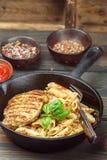 Gegrilltes Huhn und Penne-Teigwaren mit Gewürzen und Basilikum Lizenzfreie Stockfotos