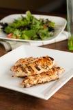 Gegrilltes Huhn und Salat Stockfotos