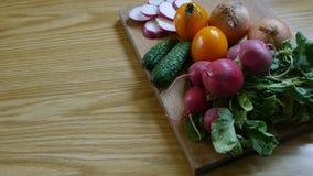 Gegrilltes Huhn und verschiedenes Gemüse stock footage