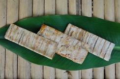 Gegrilltes kambodschanisches Lebensmittel der flachen Banane auf Bananenblatt Stockfoto