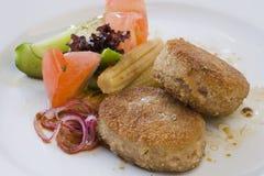 Gegrilltes Kotelett und gemischtes Gemüse Stockfotos