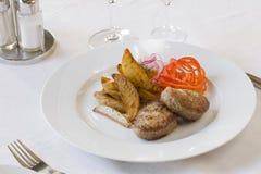Gegrilltes Kotelett und Pommes-Frites Lizenzfreie Stockbilder