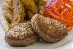 Gegrilltes Kotelett und Pommes-Frites Stockbild