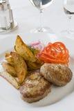 Gegrilltes Kotelett und Pommes-Frites Stockbilder