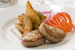 Gegrilltes Kotelett und Pommes-Frites Lizenzfreies Stockfoto