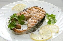 Gegrilltes Lachssteak auf runder weißer Platte lizenzfreies stockfoto