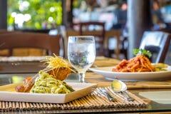 Gegrilltes Lachssteak diente mit Teigwaren und Gemüse in einem kleinen Stockbilder