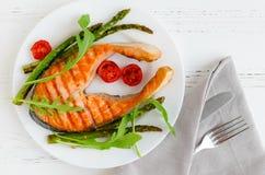 Gegrilltes Lachssteak mit Gemüse Lizenzfreie Stockfotos