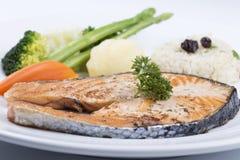 Gegrilltes Lachssteak mit Gemüse Stockfoto