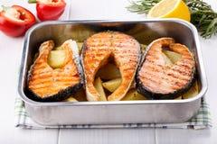 Gegrilltes Lachssteak mit Kartoffeln lizenzfreie stockbilder